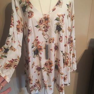 ❤️ V- Neck Floral Boutique Tunic Top
